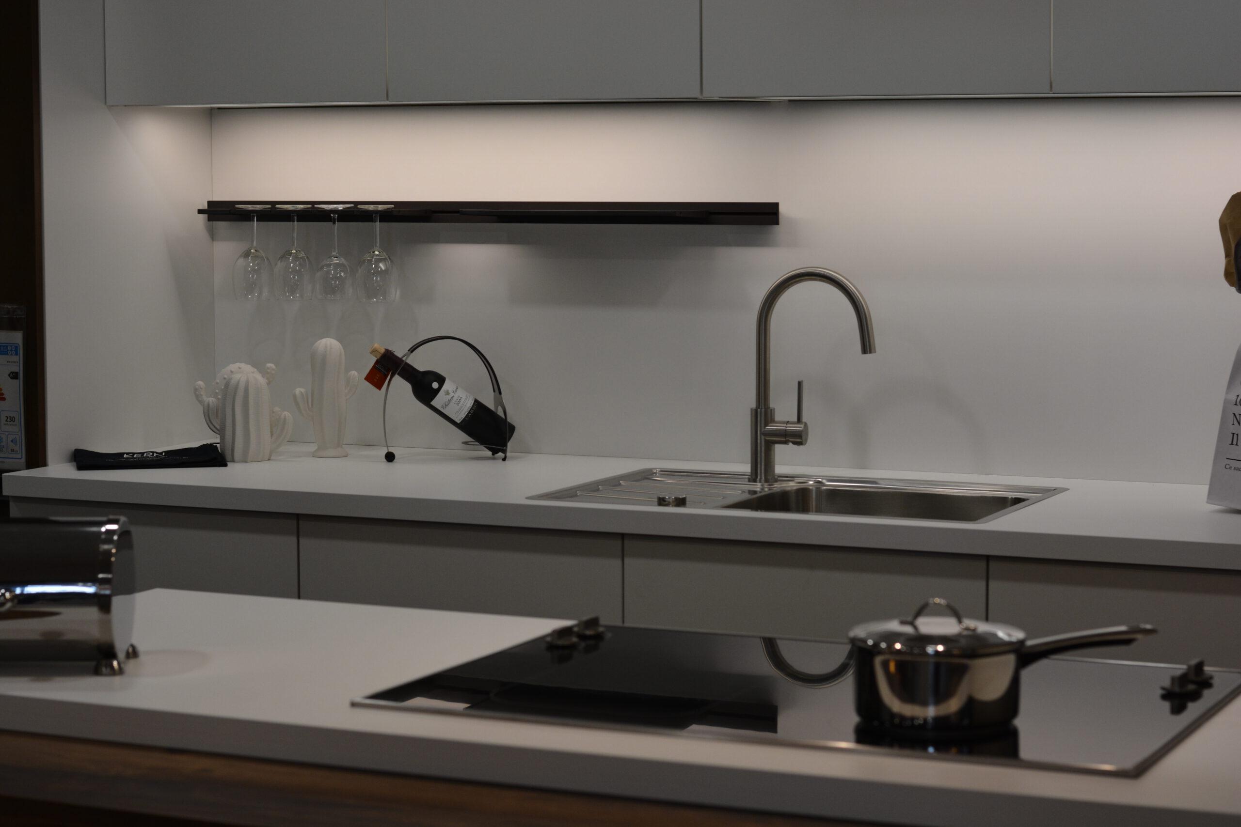 zwei Zeilen Küche in weiß matt mit Chaleteiche, Bronze