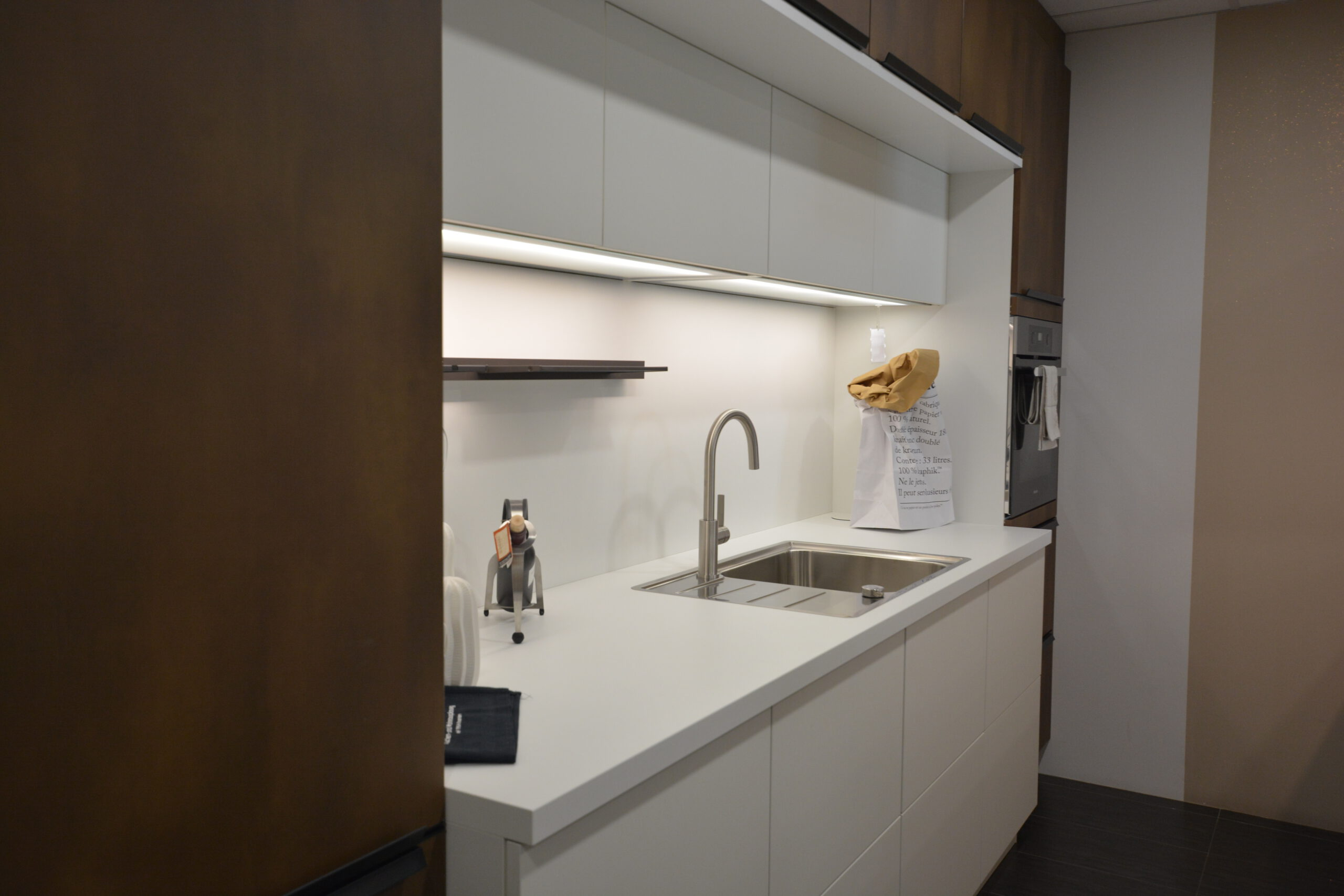 zwei Zeilen Küche in weiß matt mit Chaleteich, Bronze